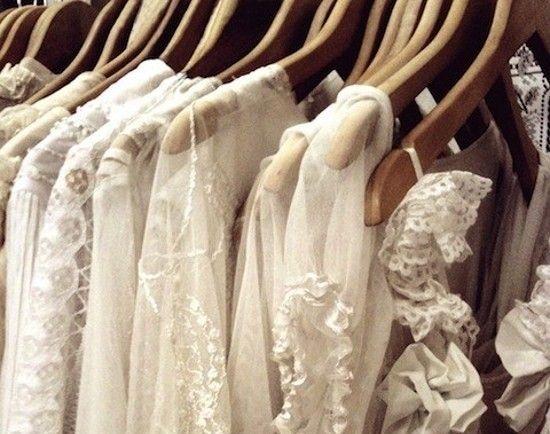 Régi stílusú esküvői ruhák - A szép idő beköszöntével lassan elkezdődik az esküvő szezon. Mindenki felejthetetlen esküvőről álmodozik. Ha már felejthetetlen, akkor legyen egyedi, a ruha pedig meseszép és stílusos. Fontos betartani a régi babonát...