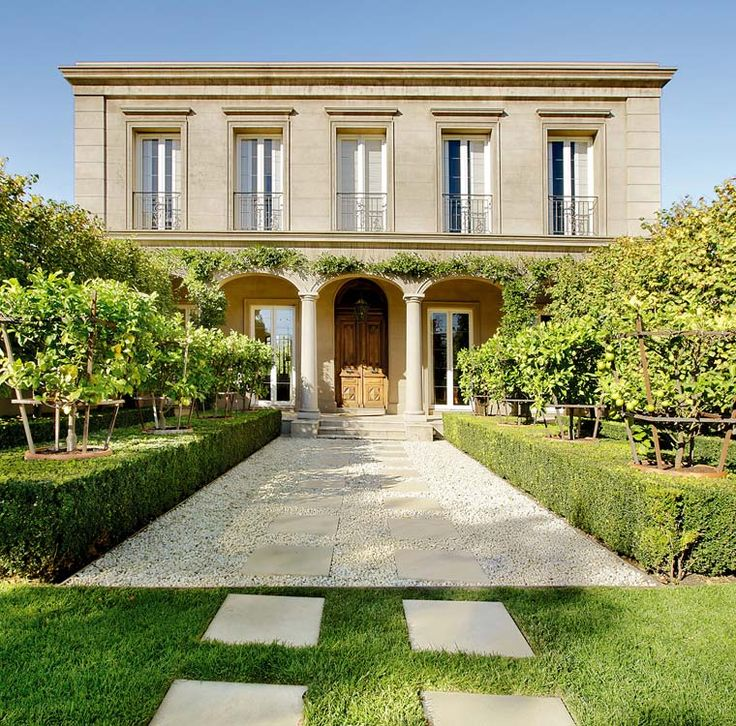 Kenley Court takes inspiration from Italian Renaissance architecture to recreate a corner of Italy in Melbourne. An imposing Loggia façade approached through a formal, tree-lined landscape recalling classic European courtyards sets the tone.