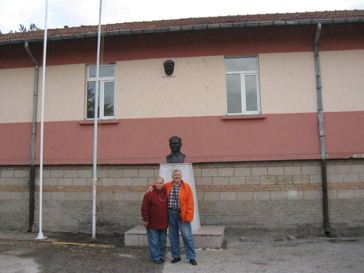 Okulun önündeki Atatürk Büstünün önünde.