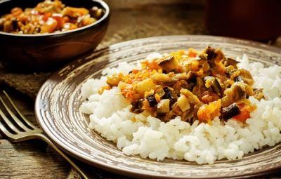 Riso selvatico ai profumi dell'orto: Da quando a casa di una mia amica ho assaggiato il riso selvatico, di cui prima non conoscevo l'esistenza, lo uso anche a casa mia per preparare molti gustosi primi piatti. Si tratta di una varietà di cereale proveniente dal nord America, che ha dei tempi di cottura un po' più lunghi degli altri tipi di riso, ma un gusto davvero esaltante! A me piace condirlo con verdure di stagione, per preparare una ricetta ai profumi dell'orto.
