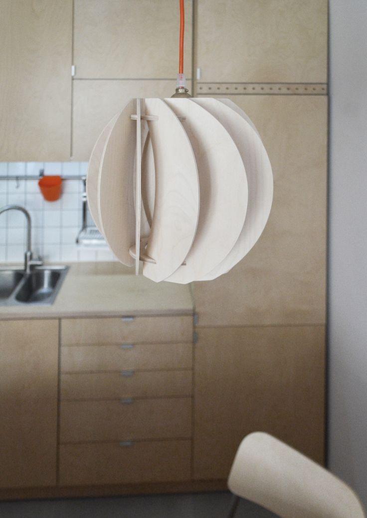 wnętrze kuchni ze sklejki z lampą PAPOULA od SEAN