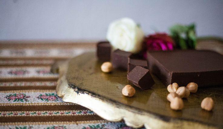 En super nem og simpel opskrift til hjemmelavet luksus nougat der kun kræver 3 ingredienser. Uden mælkeprodukter og raffineret sukker.