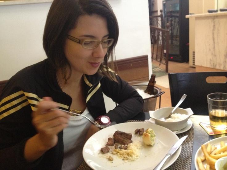 Dia 3. Almoço. Comendo com o marido em bar: picanha em fatias, batata frita, farofa e cerveja, sábado, 14h.