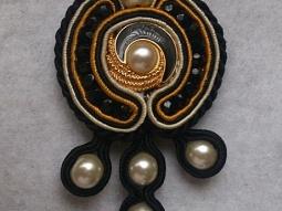 broche ou pendentif soutache noir, ocre et ivoir • Hellocoton.fr