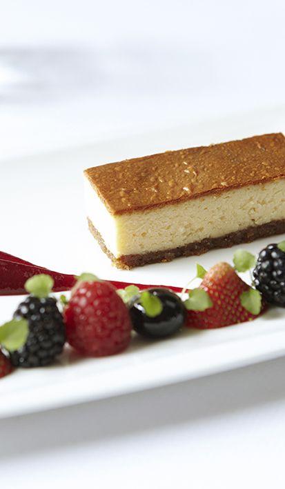 Cheesecake met rood fruit: dat wordt smullen tijdens jullie bruidsdiner. Mereveld maakt bijzondere bruiloftsgerechten. #Mereveld Utrecht in TOP 5 populairste trouwlocaties van Nederland!