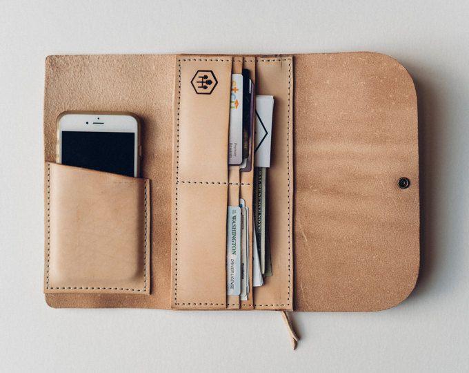 die Hustler wrap Brieftasche mit Telefon-Hülle / / geölt, gewachst Kodiak Leder handgenäht braun / / Card + Telefon mit einem Lederband rundum-pocket / / hektische Kameradschaft vom Feinsten.  Abmessungen: geöffnet: 8 groß X 8breit geschlossen: 4 x 8 breit groß Handy-Hülle: 5 x 4 breit groß  * bis zu passt und iPhone 7 Plus und andere vergleichbare Smartphones! iPhone 6 Plus ist was in der Auflistung Bildern abgebildet ist.  * Denken Sie daran, dass die Hülse auf Ihrem Telefon zuerst…