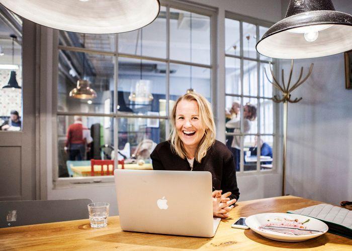 """""""Työnantajien ei kannattaisi pitää työntekijöitä mustasukkaisesti työpaikoilla, vaan miettiä, mitä hyötyä muiden ihmisten kohtaamisista voisi olla"""", Tytti-Lotta Ojala miettii Mokossa."""
