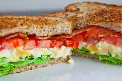 Broodje eisalade, tomaat, bacon en gebakken ui ( of heel simpel rauwe gesnipperde lente-uitjes) en slablaadjes of rucola