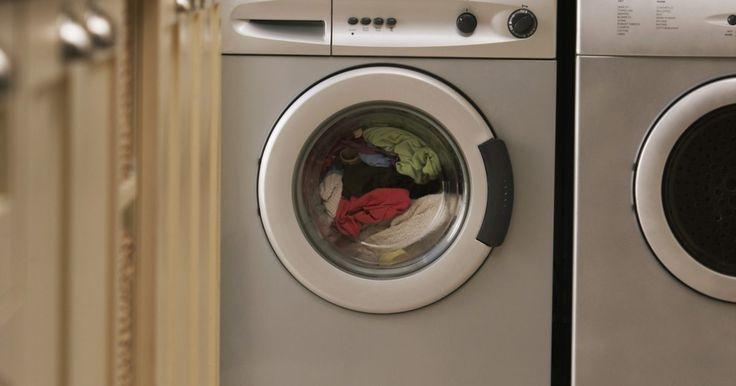 Cómo quitar las pelusas de la lavadora. Las lavadoras, al igual que otros electrodomésticos grandes, requieren un mantenimiento regular para funcionar correctamente. Una de las tareas de mantenimiento simple, pero que se suele pasar por alto, es la remoción de pelusas. Si no se controla, la pelusa puede obstruir las mangueras y puede hacer que tu máquina funcione ineficientemente, lo ...