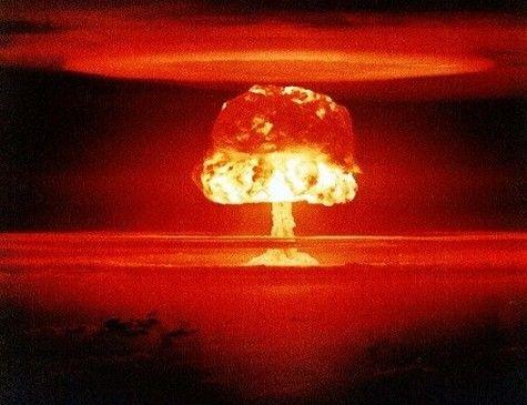 Pluton, planète découverte vers 1945, en même temps que la bombe atomique, ses effets possèdent une analogie certaine avec elle.  - Aujourd'hui, son statut astro est plus paisible. N.