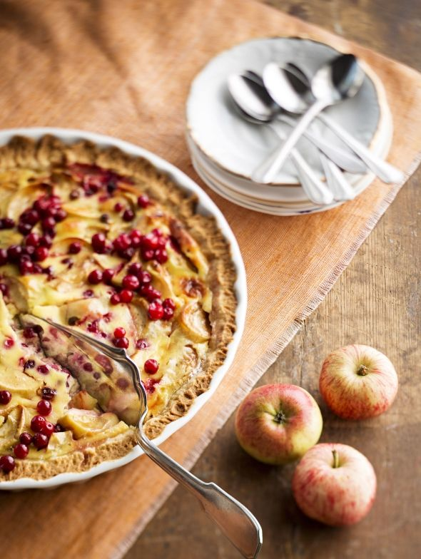 Omena-puolukka-tuorejuustopiirakka, resepti – Ruoka.fi - Apple and lingonberry pie