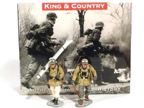 King & Country Toy Soldiers Mountain Troopers BBG013 One Carrying Skis One with Ice Pick 1/30th Scale World War II