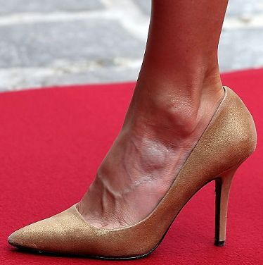 Doña Letizia wearing gilded pumps reportedly from Adolfo Dominguez.