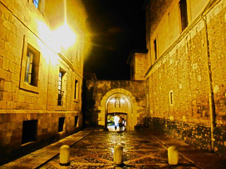 Arco en la  muralla romana junto a la catedral.