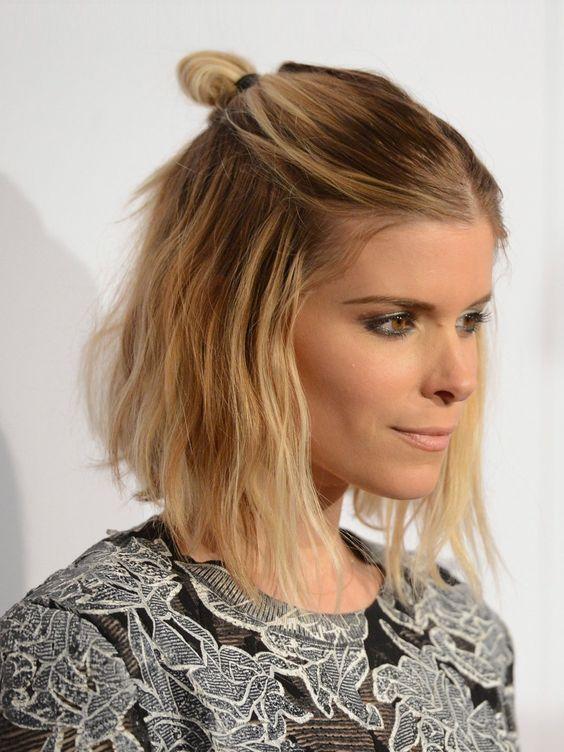 """Die Stars lieben den halben Dutt! Ob zum Normcore Look oder auf dem Red Carpet - die halboffene Frisur, gern auch """"half bun"""" genannt, ist momentan auf vielen Köpfen zu sehen. Auch Schauspielerin Kate Mara (""""House of Cards"""") kann dieser Trendfrisur 2016 nicht widerstehen.Hier zeigen wir euch noch mehr Hairspo für halblanges Haar: Frisuren Mittellang"""