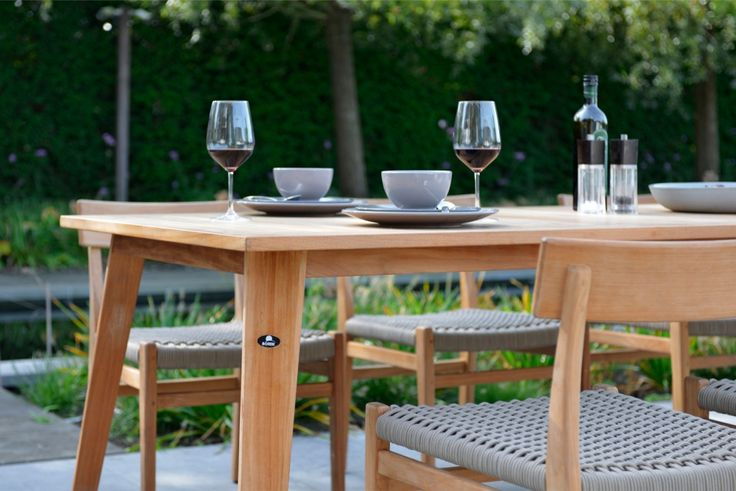 BELLINZONA to kolekcja ogrodowych mebli modułowych, zaprojektowanych przez Erika Kustera.  Dzięki zastosowaniu stelaża z aluminium i plecionki Sun Loom®, poszczególne moduły są wygodne, praktyczne i niezwykle trwałe.Stoły ogrodowe Bellinzona, firmy Borek, to wysokiej jakości meble wykonane z drewna tekowego.