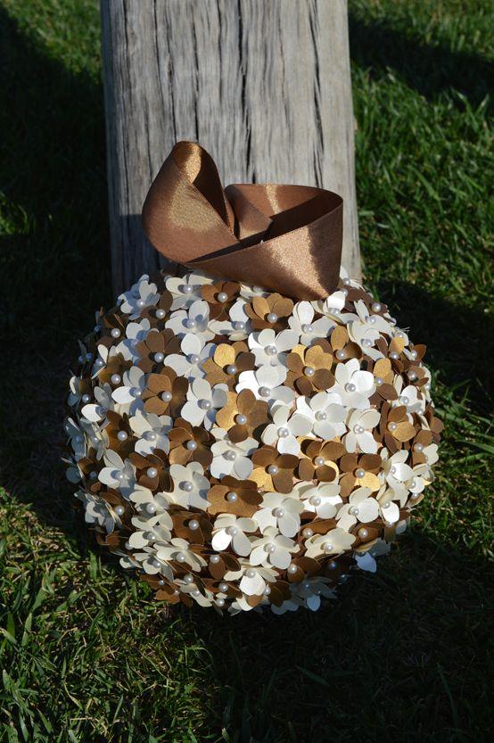 Detalles del Ramo de novia Shiny Gold colante. Elaborado con mini hortensias.