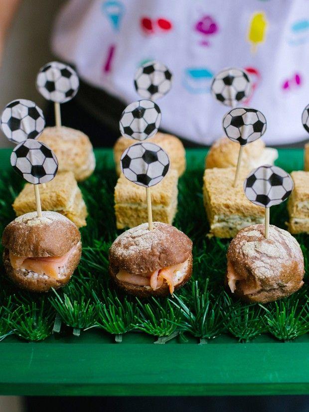Passo a passo de bandeja feita com grama sintética para festinhas infantis com tema de futebol.