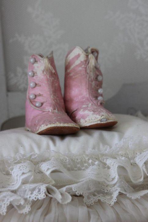 Antique baby shoes | http://www.marktplaats.nl/a/antiek-en-kunst/antiek-kleding-en-accessoires/m906588250-oude-victoriaanse-roze-kinder-knoop-schoentjes-theehart.html?c=3c1f5dcc18d02a99040ca8de656940d2&previousPage=lr