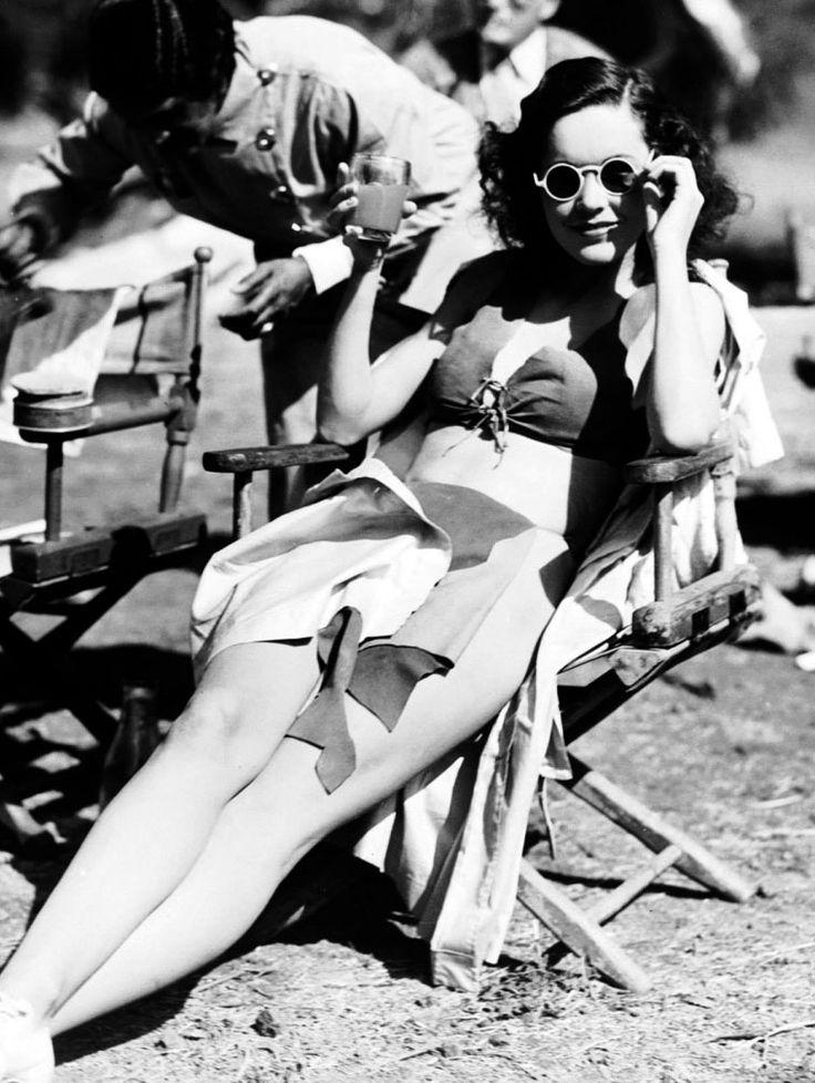 """Maureen O'Sullivan en el rodaje de """"Tarzán y su Compañera"""" (Tarzan and HIs Mate), 1934"""