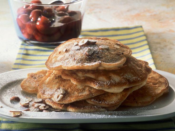 Nussige Pfannkuchen mit Zimt-Kirsch-Kompott | Zeit: 30 Min. | http://eatsmarter.de/rezepte/nussige-pfannkuchen-mit-zimt-kirsch-kompott