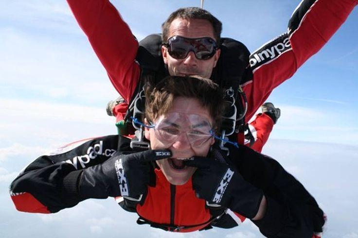 Wuáááááá, pozor na pusu, rychlost pádu je opravdu vysoká! :-) http://www.impresio.eu/zazitek/tandemovy-seskok-ze-6-000m