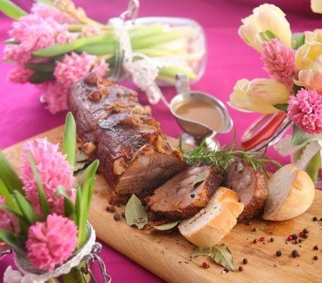 Szpikowana miłośnie sztufada - Przepisy.Wołowina potraktowana z należytą starannością odwdzięczy się głębokim aromatem i wspaniałym smakiem. Szpikowana miłośnie sztufada to przepis, którego autorem jest: Magda Gessler