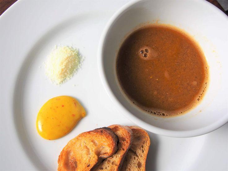 今日は、ぼくの大好きなスープのレシピを紹介します。「スープ・ド・ポワソン」、魚のスープです。あまり聞きなれないスープかもしれないですが、味も作り方もブイヤベースとほぼ一緒です。