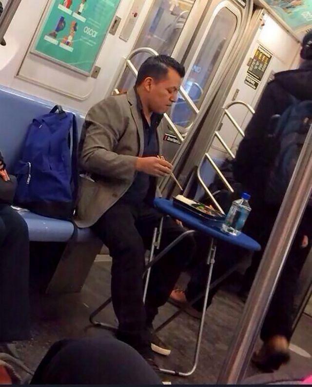 25 fotos hilárias de pessoas estranhas no metrô - Mega Curioso