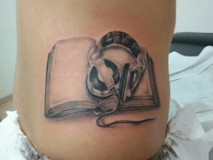 www.valestattoo.com #valestattoo  #tattoo #tatuaggio #libro #book #cuffie #realistic #realistictattoo #panthetablackink #pantherainktattoo #pantheraink #blackandgrey #blackandgreytattoo #tattooartistitaly #photooftheday #bestoftheday #love #passione #passion