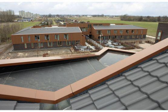 Roval leverde en monteerde aluminium muurafdekkers met top- en dalhoeken. Ook voor hellende daken.  Kleinschalige woon- zorgvoorziening Apeldoorn Sprenkelaarshof.