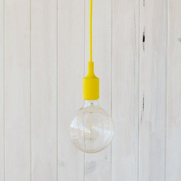 Cable decorativo de tela amarillo con portalámparas de silicona y florón a techo amarillo.