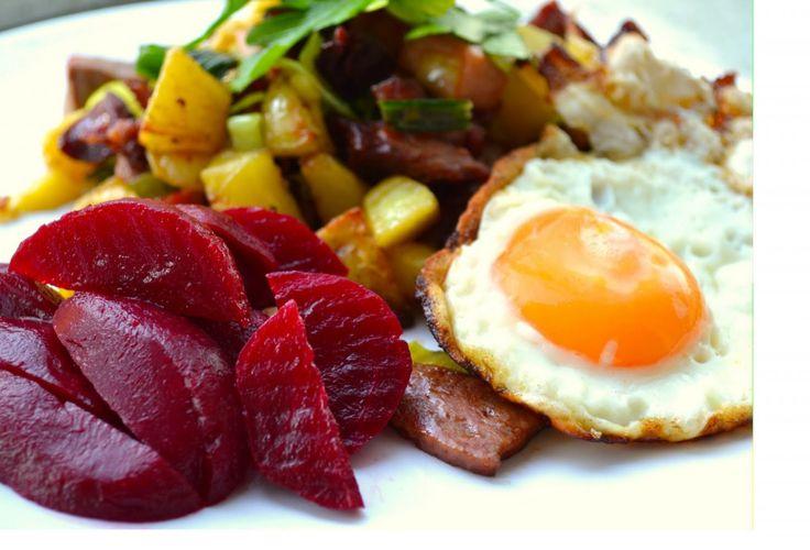 Pytt i panna (pommes de terre, betterave, oeuf au plat)