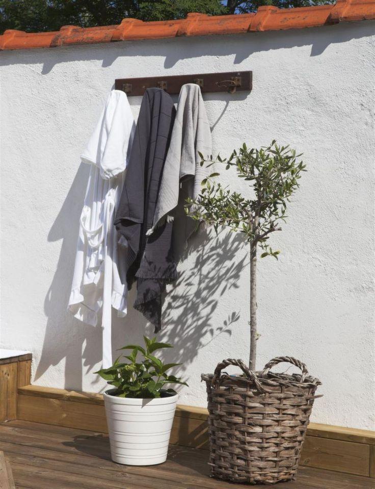 Upphängt. Olivträd i korg är självklara Medelhavsdetaljer på terrassen. Handdukshängare från Vintage by Nina.