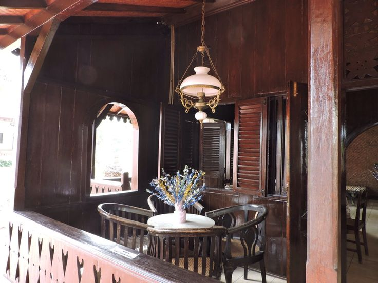Rumah kebaya merupakan sebuah nama rumah adat suku Betawi dikarenakan bentuk atapnya yang menyerupai pelana yang dilipat dan apabila dilihat dari samping maka lipatan-lipatan tersebut terlihat seperti lipatan kebaya