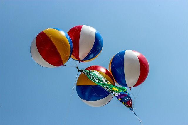 L'elio non è l'unico mezzo con cui si possono far volare i palloncini, ma esistono numerosi metodi alternativi I palloncini si prestano a numerose occasioni. Sono festosi, colorati, e possono essere usati per decorare feste di bambini o di adulti, ma anche cene. Molti usano i palloncini anche per creare originali centritavola. Sicuramente i palloncini…