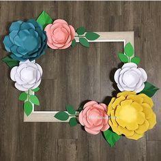 #mulpix Olhem só que ideia linda para tirar fotos com as convidadas! Moldura com flores de papel. Pra salvar na pastinha JÁ! Essa moldura é by @phabulouspapers. Acesse: www.blogamormaisamor.com ⠀
