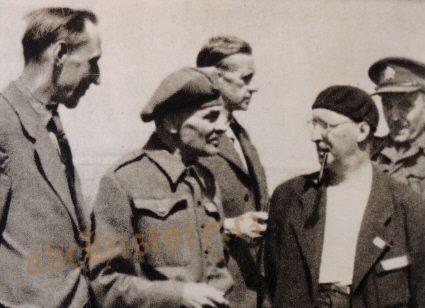 Ferdinand Peroutka (vzadu uprostřed) a další spoluvězňové krátce po osvobození koncentračního tábora Buchenwald. Repro z knihy J. Hajšmana: V drápech bestie (1947)
