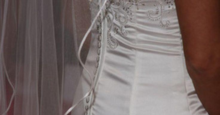 Como remover manchas em cetim branco. O cetim original é fabricado com 100% de seda. Hoje em dia, além da existência desse tipo de cetim, há também os que são uma mistura de poliéster. O cetim é um tecido comumente usado em vestidos de noiva, sapatos de casamento, cortinas, lingerie e estofados. Existem diferentes tipos de cetim, sintéticos, mistos e naturais, que variam de acordo com ...