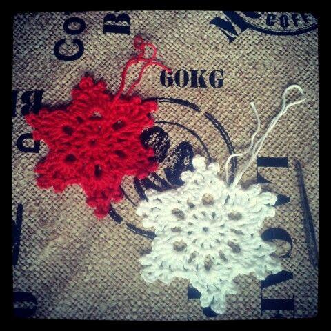 Preparando la Navidad con decoraciones de árbol hechas de ganchillo by Monibregel