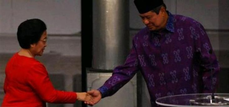 Kubu Anies Coba Raup Untung dari Pertarungan Dendam Kesumat Mega dan SBY di Pilgub DKI  KONFRONTASI-Anggota tim relawan Anis-Sandi Darussalam optimis calonnya masuk dalam putaran kedua Pilkada DKI Jakarta 2017. Bahkan ia meyakini potensi suara paslon Agus-Sylvi beralih kepada Anies-Sandi pada putaran kedua.  Sesuai dengan hitungan kita secara ilmiah Pak Ahok pasti maju ke putaran kedua. Sementara lawannya adalah Pak Anies jelas Darussalam yang mewakili tim pemenangan Anies-Sandi dalam sebuah…