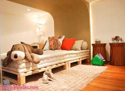cama de solteiro feita com paletes de madeira pallets