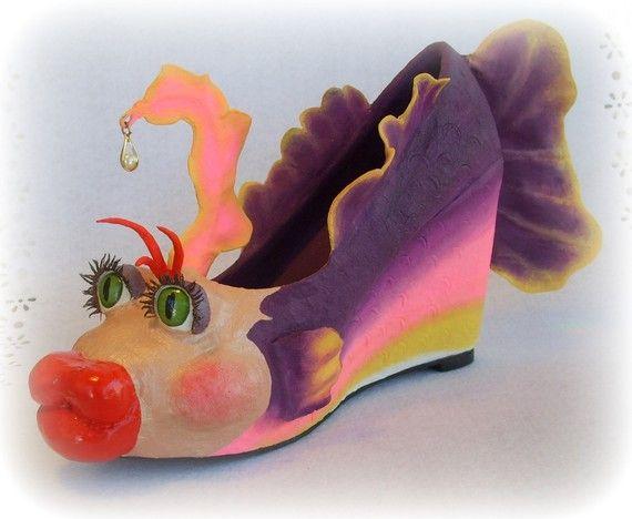 Zapato en papel mache # Esta manualidad es muy original. No es algo para llevar puesto, es más bien un objeto de decoración y de regalo.  Se trata de un zapato de tacón, envuelto en papel mache y decorado a modo …