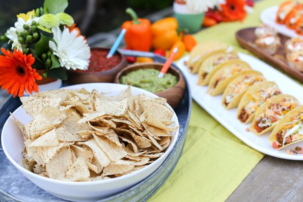 Quintal Cinco de Mayo festa + DIY taco receita tigela e mais!  Via Idéias do partido de Kara por Evite e Old El Passo #FreshenUpCinco #OldElPaso #EviteParty