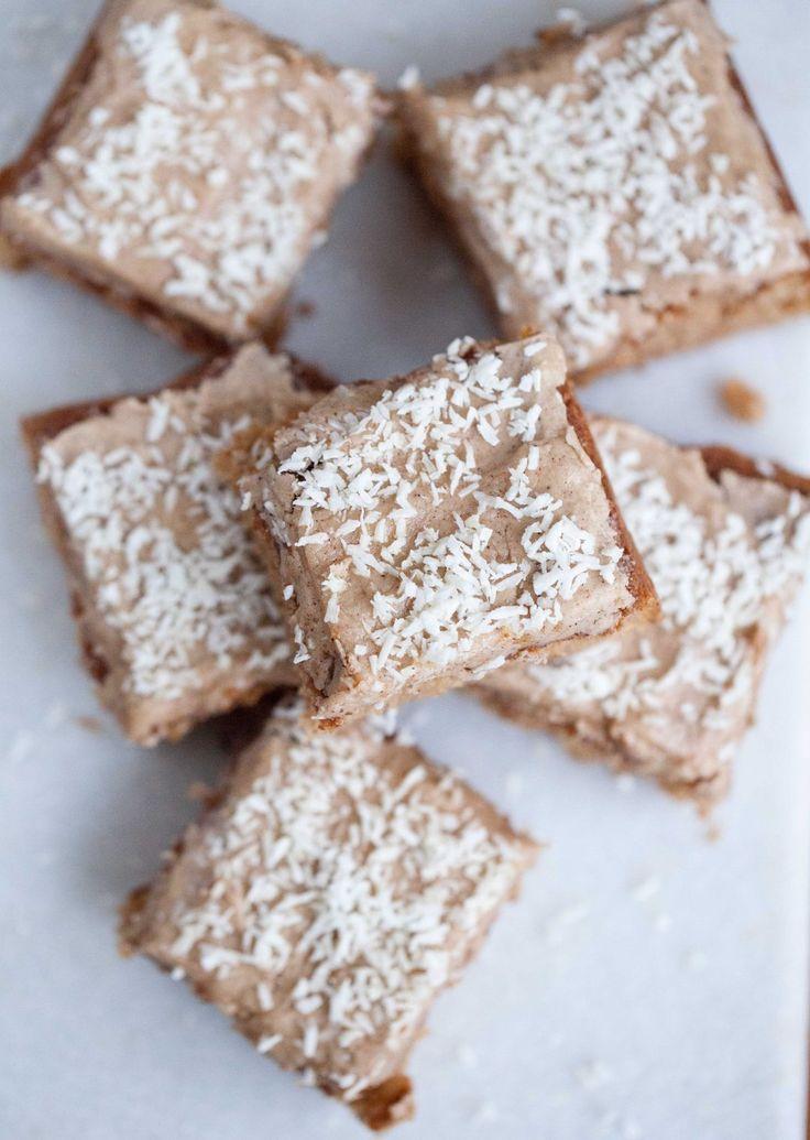 Gör såhär: Smält smöret, låt svalna. Vispa samman ägg + socker. Rör ner pepparkakskryddorna, ev extra ingefära. Blanda vetemjöl + bakpulver för sig, rör ner med smöret + mjölken till jämn smet. Häll i form (ca 15x20 cm) med bakplåtspapper. Grädda i 175° i 20-30 min. Låt svalna, rör ihop glasyren. Smält smöret låt svalna. Blanda med grädde, kryddor + florsocker till jämn glasyr. Bred över kakan, toppa med kokos. Skär i rutor.