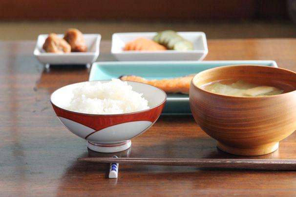 日本の手仕事・暮らしの道具を扱うcotogotoでは「ねじり梅 飯わん (白山陶器)」をご紹介しています。