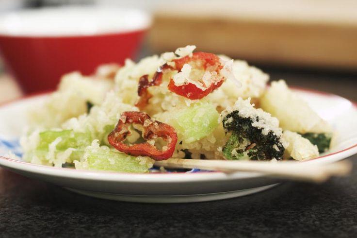 Krokant gefrituurde gerechten vind je in heel wat eetculturen. Typisch Japans is tempura, waarbij de ingrediënten een laagje beslag krijgen. Het resultaat is een heerlijk flinterdun korstje. Jeroen maakt een groentetempura met zoete puntpaprika, maar je kan natuurlijk net zo goed scampi of zelfs mosseltjes gebruiken. Met een dipsausje erbij zijn de crispy stukjes groente een ideaal aperitiefhapje of een voorgerechtje.