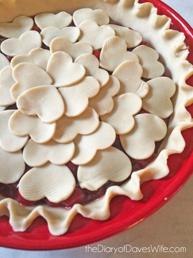 En coupant sa pâte avec un emporte-pièce en forme de coeur, elle réinvente son dessert préféré! - Cuisine - Des trucs et des astuces pour vous faciliter la vie dans la cuisine - Trucs et Bricolages - Fallait y penser !
