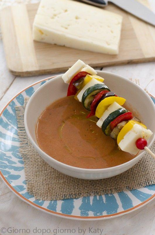spiedini di verdure grigliate con asiago e gazpacho
