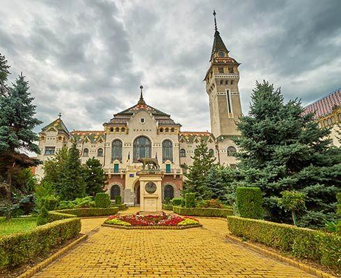 Targu Mures este unul dintre orasele emblematice din Transilvania si merita sa il vizitezi. Orasul inca mai pastreaza aerul medieval, se bucura de o arhitectura deosebita si ofera numeroase atractii turistice pentru vizitatorii sai.